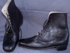 Ladies high-top lace-up shoes / boots in black. Victorian & Civil War